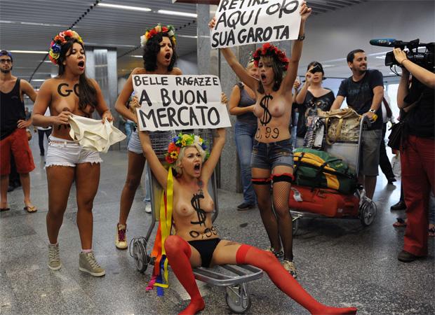 Manifestação foi feita quando desembarcaram passageiros vindos da Itália (AFP PHOTO/VANDERLEI ALMEIDA)