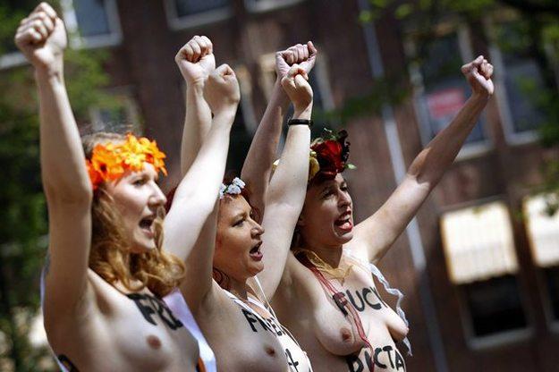 Aktywistki Femen w trakcie protestu /PAP/EPA/BAS CZERWINSKI /