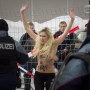 Die Ukrainerinnen versuchten beim Weltwirtschaftsforum in Davos über den Zaun zu klettern, als die Polizei einschritt.