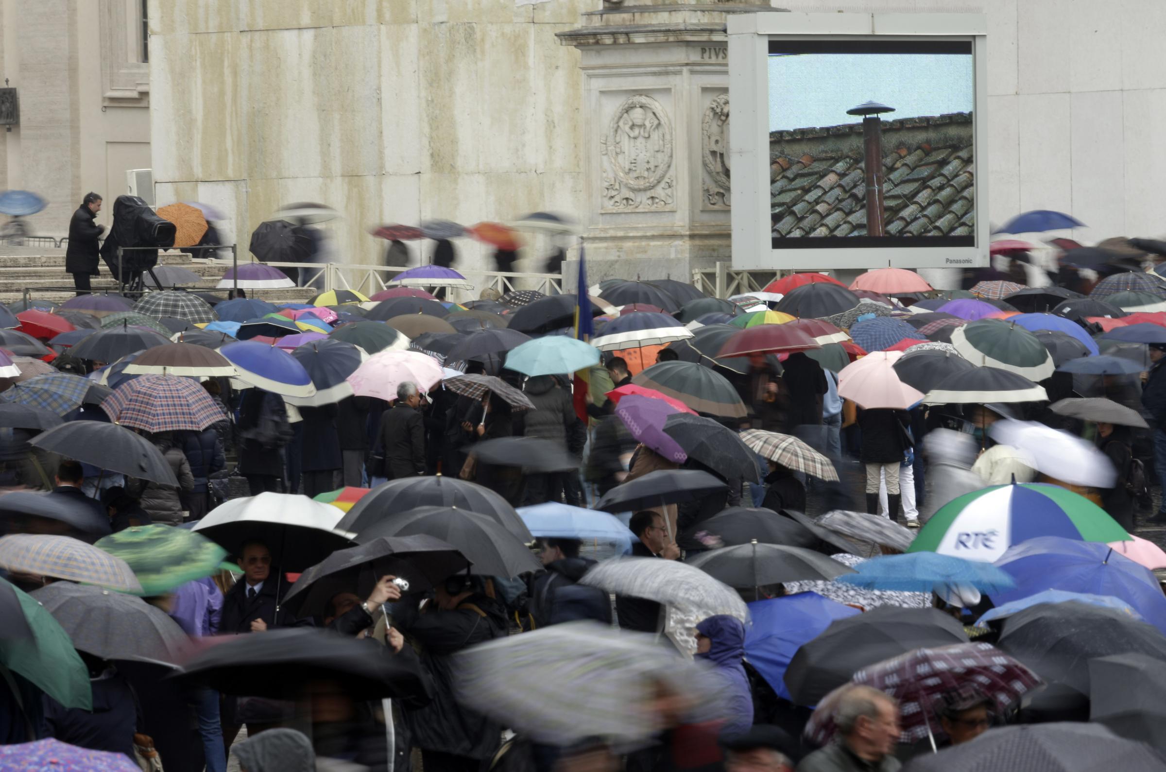 Fedeli in attesa in Piazza San Pietro