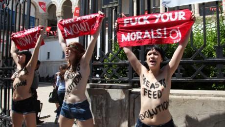 Die drei Femen-Aktivistinnen bei ihrem Nacktprotest Ende Mai in Tunis
