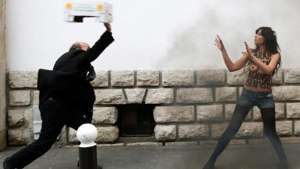 Protest feministek z hnutí Femen u pařížské velké mešity