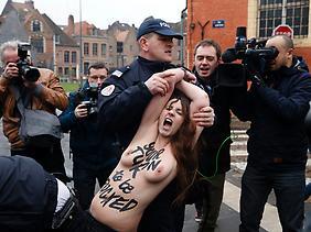 Eine Femen-Aktivistin protestiert gegen Strauss-Kahn.