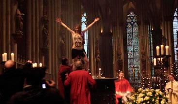 Ativista do Femen mostra os seios durante ato na catedral de Colônia, Alemanha, em 25 de dezembro de 2013. Foto: Elke Lehrenkrauss/AFP Photo/Arquivo