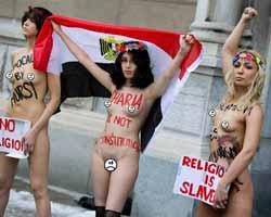 MISIRLI FEMEN KIZI `ŞERİATA HAYIR` İÇİN SOYUNDU!