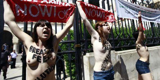 Les trois militantes de Femen protestent, le 29 mai devant le ministère de la justice à Tunis, contre l'arrestation d'Amina Sbouï.