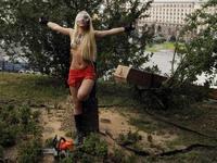Ukrajinská aktivistka kácí kříž