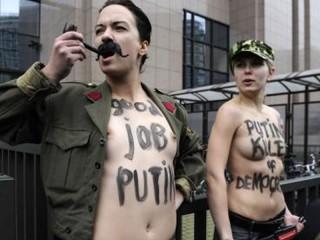 Protesta delle attiviste del gruppo Femen a Bruxelles