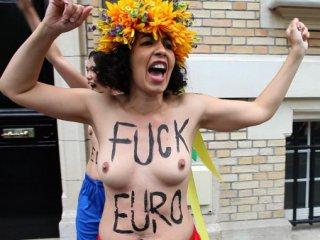 Французькі активістки Femen напали на Посольство України в Парижі
