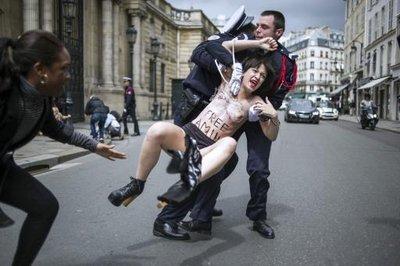 Trois militantes Femen manifestent brièvement devant l'Elysée_1