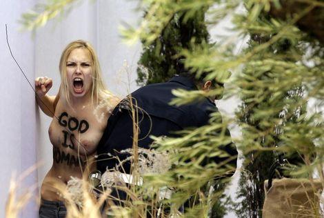 Een activiste van de groep Femen heeft met ontbloot bovenlijf het kindje Jezus uit de kribbe op het Sint Pietersplein in Vaticaanstad gegrist en er korte tijd mee boven haar hoofd gelopen.