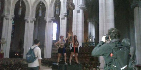 Deux Femen s'enchaînent dans une cathédrale  pour réclamer le droit à l'avortement