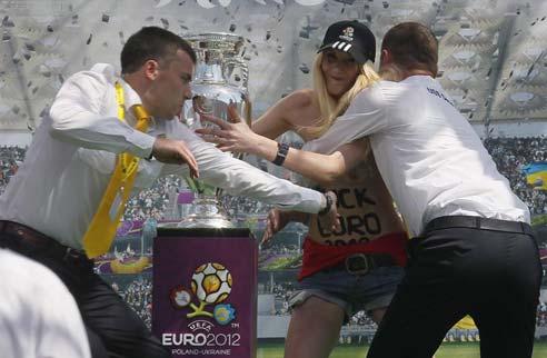 Mulher tentou roubar a taça da Euro neste sábado