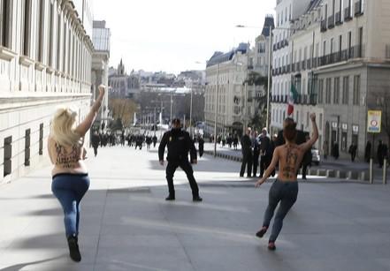 Les Femen de Madrid protestent contre la loi organique de sécurité citoyenne débattue au parlement le 24 février 2015