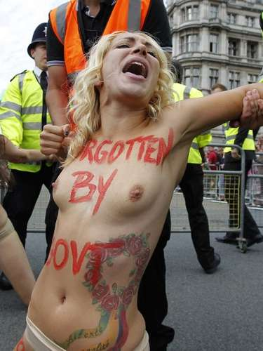 Activistas con los pechos desnudos del movimiento feminista Femen protestan contra la MGF (La Mutilacin Genital Femenina) en la Plaza del Parlamento, el centro de Londres, Reino Unido. Las jvenes fueron reducidas por policas y arrestadas