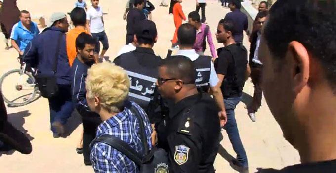 Amina de Femen lors de son arrestation par la police  Kairouan le 19 mai 2013.