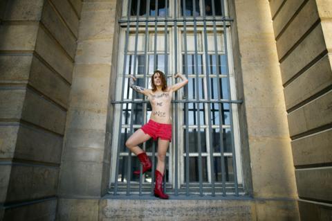 Nhóm phụ nữ ngực trần Femen chống nạn cưỡng hiếp