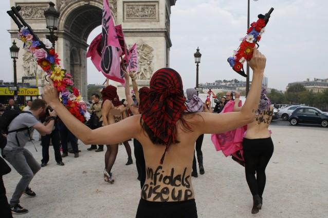 Le Femen agli estremisti dell'Isis: