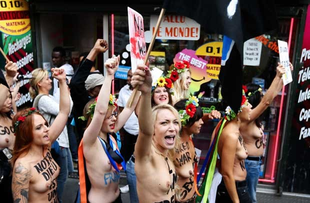Integrantes seminuas do Femen andam pelas ruas de Paris (Foto: AFP)