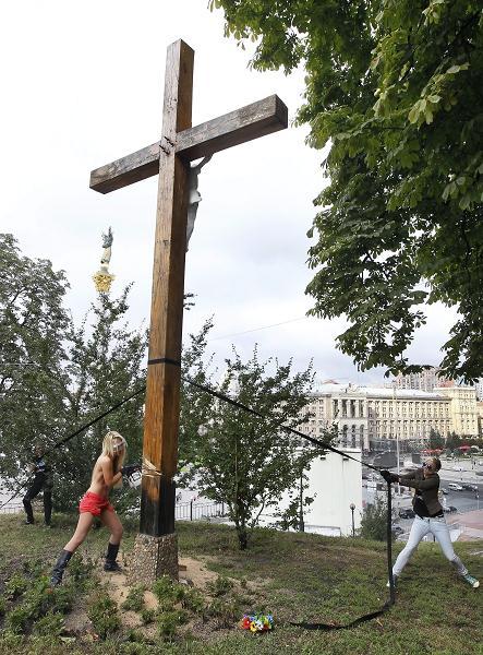 Aktywistki FEMENu ścięły krzyż