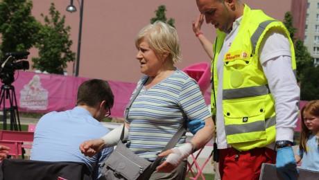 Sanitäter führen die verletzte Rentnerin zum Krankenwagen