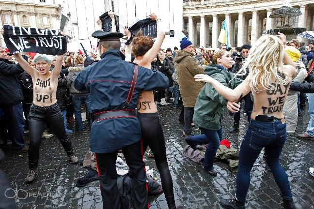 In Gay we trust: Femen-Protest auf dem Petersplatz.