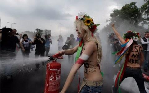 Οι Ουκρανές ακτιβίστριες της FEMEN κατέβρεχαν την περιοχή γύρω από το στάδιο με πυροσβεστήρες.