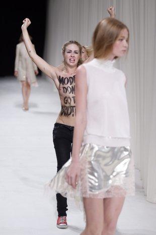 Η Hollie-May Saker λίγο πριν τη... μπουνιά σε μέλος των Femen ΦΩΤΟ REUTERS