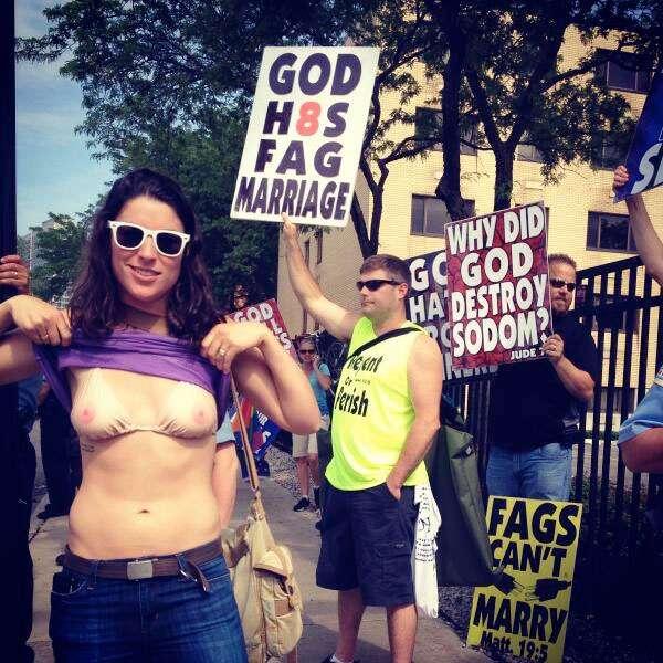 Die US-Version: Eine Frau macht mit einem Nackt-BH ihrem Ärger über eine Anti-Homo-Demo Luft.