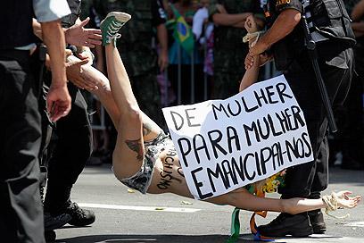 פעילה מפגינה בברזיל. מאישה לאישה, נשחרר את עצמנו (צילום: רויטרס)