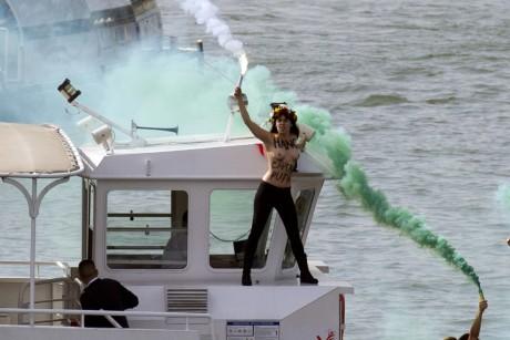 Eine Femen-Aktivistin auf einem Ausflugsschiff in Paris