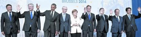 Los líderes del G-7 posan sonrientes para una foto de familia durante la segunda jornada de la cumbre de países más industrializados del mundo, ayer en Bruselas.