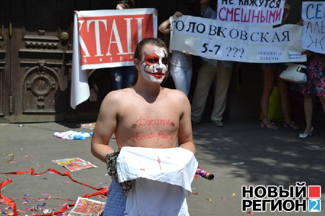 Новый Регион: Первый на Украине ''Фемен-мэн'' встал на защиту инвесторов недостроев и получил яйцом по голове (ВИДЕО, ФОТО)