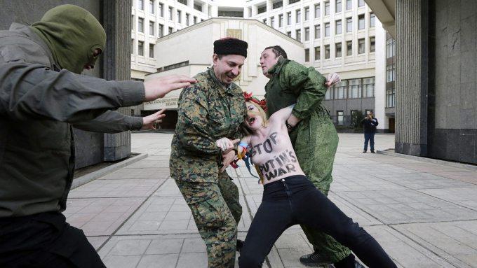 Die Frauen wurden von Sicherheitskrften abgefhrt.