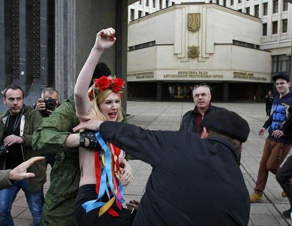 Ξύλο έφαγαν δυο γυμνόστηθες Femen στην Κριμαία! (pics)
