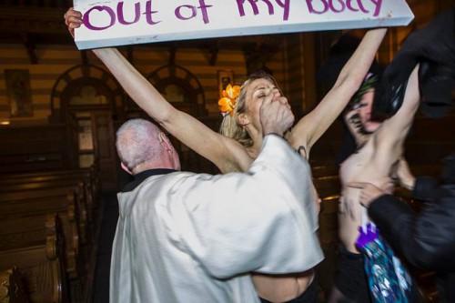 femen-vs-prêtre-nd-mpi.jpg