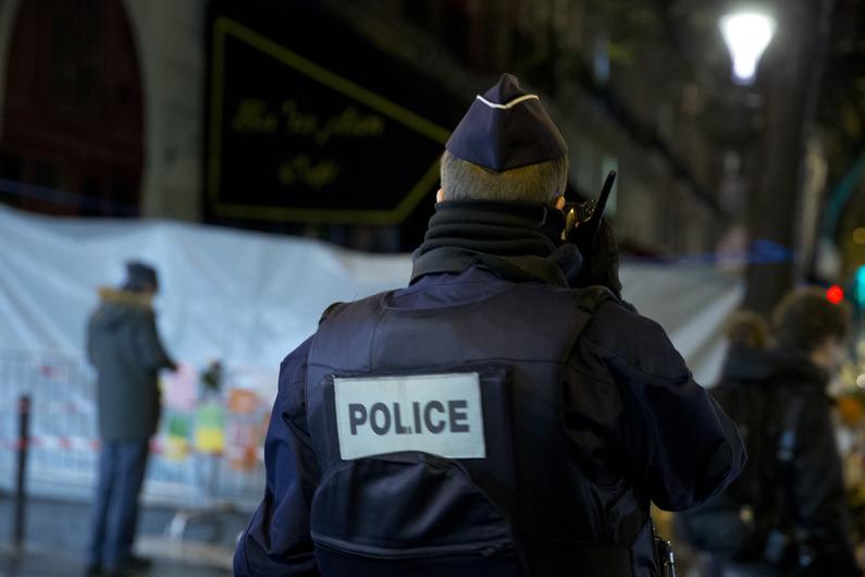 Un policier se tient devant la mmorial improvis pour les victimes du Bataclan devant la salle de concert