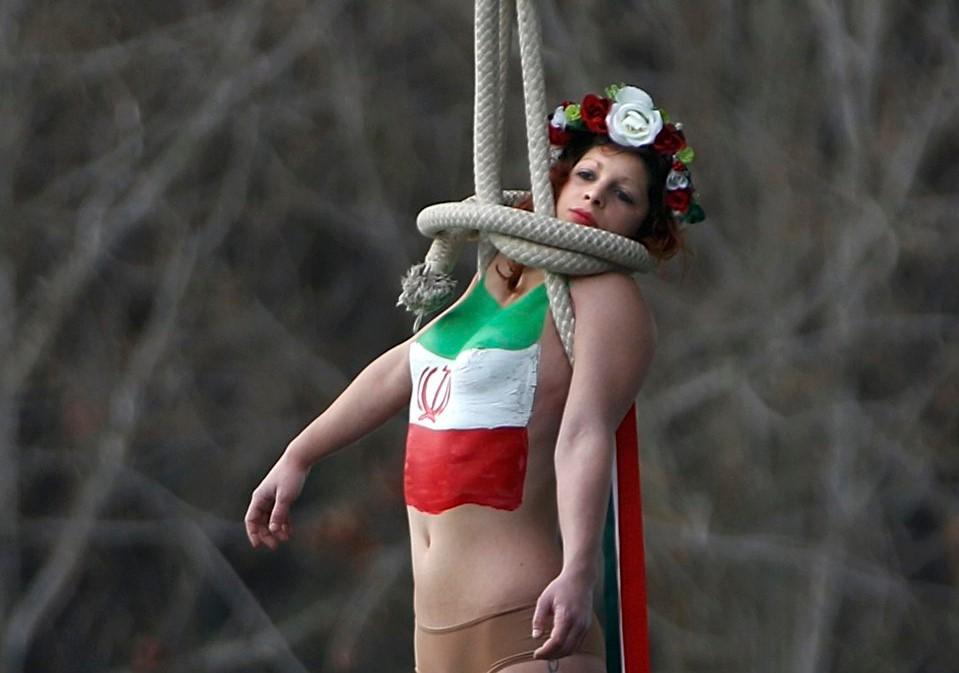 FEMEN Paris'te Ruhani'yi protesto etti