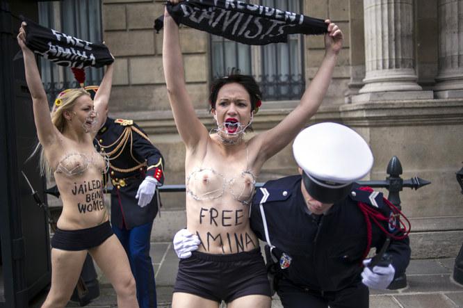 Les Femen manifestent devant l'Elysée