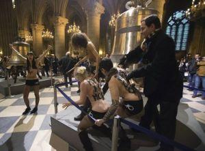 Aktivistky ze skupiny Femen protestují v katedrále Notre-Dame proti papežovi Benediktu XVI.-Foto: ČTK/AP