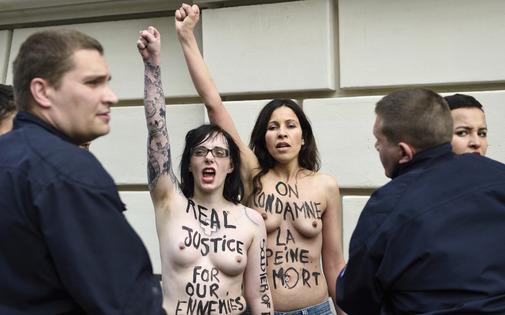 Manifestantes seins nus devant l'ambassade d'Egypte à Paris, le 30 avril.