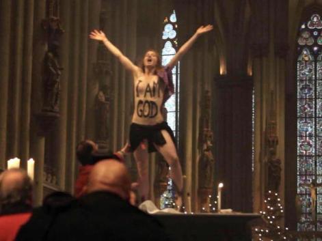 «I am God»: Mit der Aktion wollte die Frau gegen die sexistische und patriarchische Haltung von Kardinal Meisner protestieren. Foto:Elke Lehrenkrauss