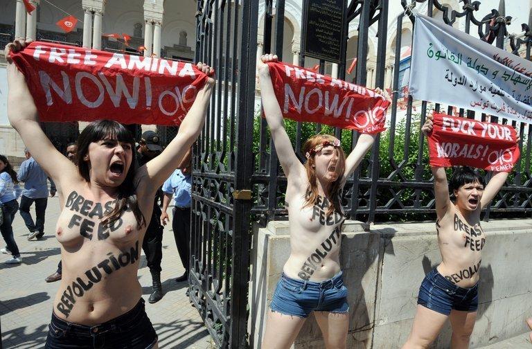 In Tunesien hat der Prozess gegen drei Aktivistinnen der Frauenrechtsorganisation Femen begonnen. Die drei waren nach einer barbusigen Protestaktion vergangene Woche festgesetzt worden, ihnen droht eine Haftstrafe. Unter ihnen ist auch eine Deutsche.  Foto © AFP