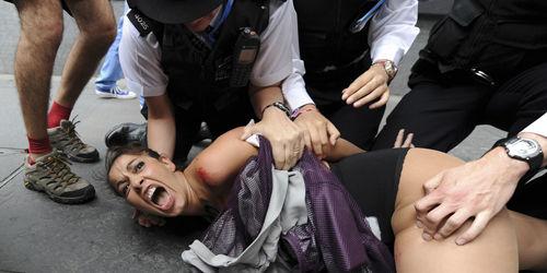 JO de Londres 2012 : des féministes seins nus contre les islamistes