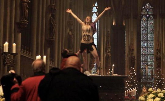 Femen haddini aştı: 'I am God'
