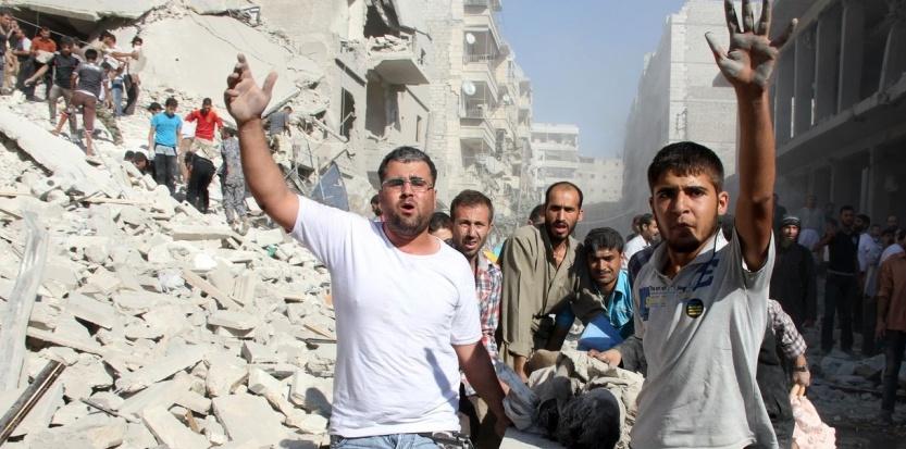 Des Syriens vacuent une victime de bombardement  Alep, le 26 aot. (AFP PHOTO/ABO AL-NUR SADK)
