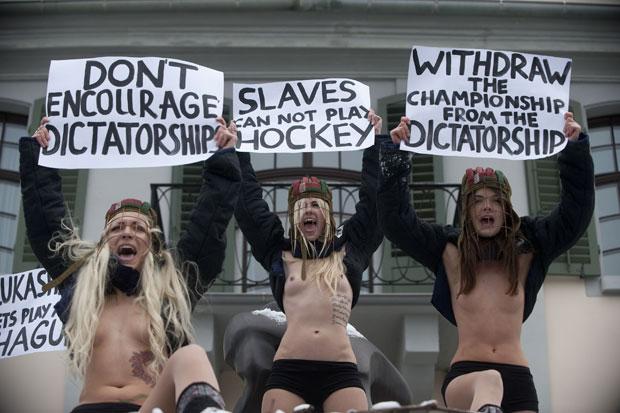 Ucranianas protestam em Zurique, na Suíça (Foto: Sebastien Bozon/AFP)