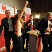 Femen-Protest vor Hamburgs Bürgermeister Olaf Scholz (SPD).