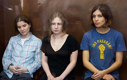 שרו נגד פוטין ונידונו למאסר. חברות להקת פוסי ריוט (צילום: AP)