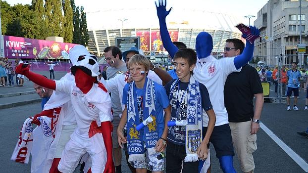 Torcedores ingleses e italianos fizeram a festa em Kyiv